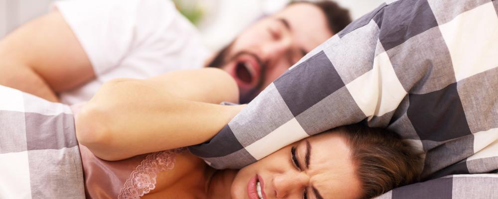 Schnarchen – was hilft gegen das nächtliche Sägen?